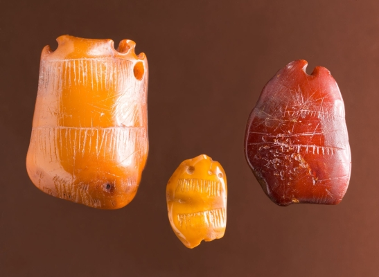 amber-pendants-from-Denmark-that-exhibit-the-engraving-method-and-the-barbed-line-technique