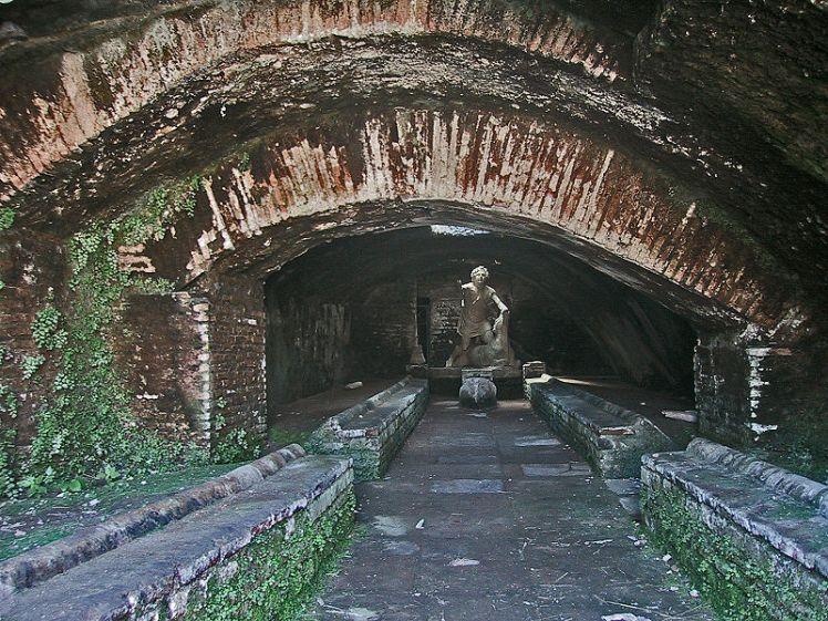 800px-Ostia_Antica_Mithraeum
